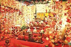 静岡県東伊豆町では稲取温泉 雛のつるし飾りまつりが開催中です 江戸時代から雛壇の両脇に飾りを吊るす風習があった稲取 今年は4会場で展示されています 約1万個を飾る文化公園雛の館は見どころ tags[静岡県]