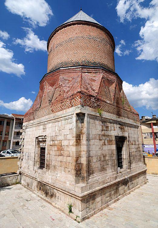 """Şeyh Hasan bey kümbeti(Güdük minare)/Sivas/// Ertana Devletinin kurucusu Alaaddin Ertana tarafından 1347 yılında vefat eden oğlu Şeyh Hasan bey için yaptırılmıştır.  Kare kaide üzerine, silindirik tuğla örgülü bir gövdeye sahip oluşu ve kısa bir minareye benzemesinden dolayı halk dilinde """"Güdük Minare"""" adıyla şöhret bulmuştur .  Diğer kümbetlerde gözükmeyen en önemli özelliği Güdük Minarede cenazelik bölümünün de yer almasıdır."""