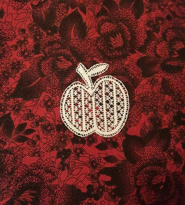 Pomme en dentelle de binche. modèle issu de la revue kant spécial Kobe . Interprétation de Victoria Gervier en coton égyptien 80/2, 100 fx