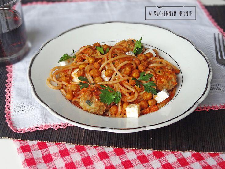 Spaghetti z pulpecikami mięsnymi z ciecierzycą w sosie pomidorowo- paprykowym