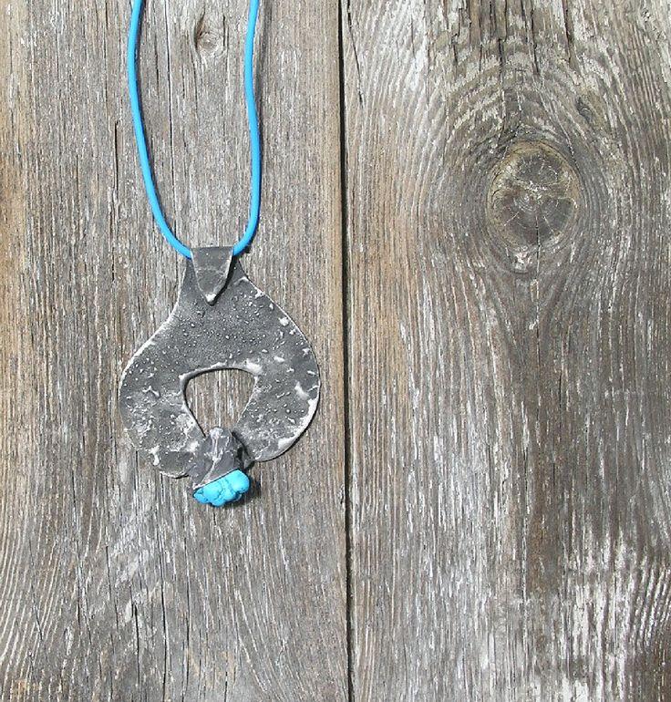 V prstících - náhrdelník V prstících - mám tyrkenyt. V prstících - mám náhrdelník. A ten mi připomíná, že zas bude léto, modrá voda a teplé moře Je zavěšen na pryžové šňůře . Je ošetřen patinou hnědou a černou a antioxidantem. Velikost je cca. 13 cm x 10 cm. Asi tak. Hodí se na hladké jednoduché a střízlivé elegantní oblečení. Vzhled vykopávky ...