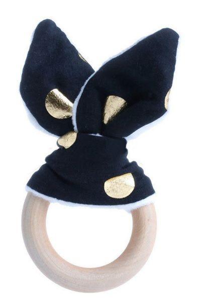 De bijtring, met konijnenoren, is lekker om op te sabbelen, mee te knuffelen en leuk om mee te spelen. Ideaal voor baby's met doorkomende tandjes. Aan de ene kant een mooi katoenen stofje en aan de andere kant heerlijk zacht wit fleece met 'knispers' erin. De houten ring is gemaakt van onbewerkt hout, veilig voor baby's.  De doorsnede van de ring is 7 cm.  Ook erg leuk als Kraamcadeau