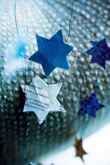 Quelques petits bouts de papiers  suffisent à créer de jolies décorations de Noël. Des étoiles découpées dans des feuilles de papier un peu rigides et collées dos à dos enserrent simplement un fil de fer. De cette façon, vous pourrez les accrocher un peu partout : trouveront leur place sur  branches du sapin, sur  poignée de porte ou même au pied d'un verre comme un marque-place… Assemblées dans un vase transparent, ces étoiles aux motifs divers et variés forment un bouquet (n°75)