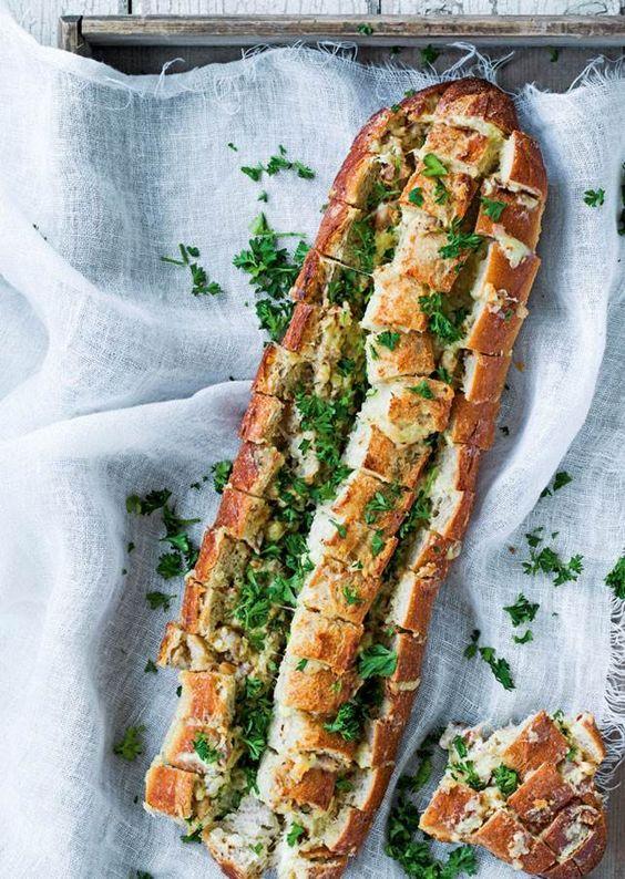Lækkert madbrød med bacon, ost og krydder-urter. Det er genialt at bryde af enten som en appetitvækker eller som tilbehør til en middag.