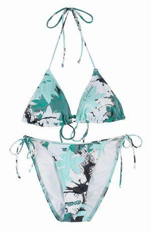 """Maillot de bain Oxbow - Maillots de bain: Les incontournables mode 2006 - """"So sexy"""". Voici un 2 pièces triangle bikini qui affiche l'esprit Hawaï """"comme il faut"""" tout en combinant discrétion et légèreté. Un vrai champion de la tendance ! Modèle BOCAE – Oxbow : 45 € Informations : www..."""