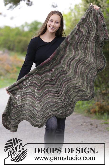 Strikket sjal med bølgemønster. Arbejdet er strikket i DROPS Delight og DROPS Kid-Silk.