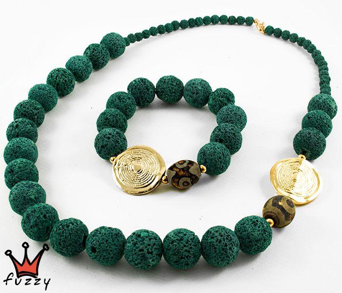 Γυναικείο εντυπωσιακό σετ, αποτελούμενο απο κοντό κολιέ και βραχιόλι, σε πράσινο χρώμα, στολισμένο με χρυσά στοιχεία.  Κούμπωμα με αλυσίδα για το κολιέ.