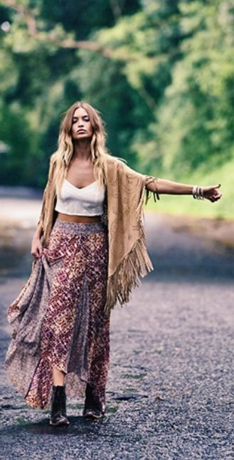 The perfect festival hippie look. Get the boho-chic/hippie look. Festival Fashion, makeup, outfit ideas and style tips.