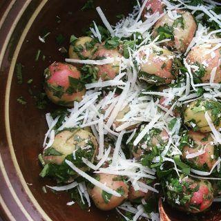 Potetsalat med parmesan og basilikum