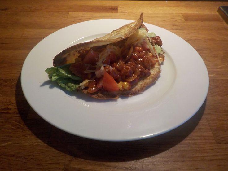Taco schelpen kun je eenvoudig maken van zelf gebakken tortilla's. Deze Mexicaanse pannenkoeken worden heerlijk krokant in de oven.