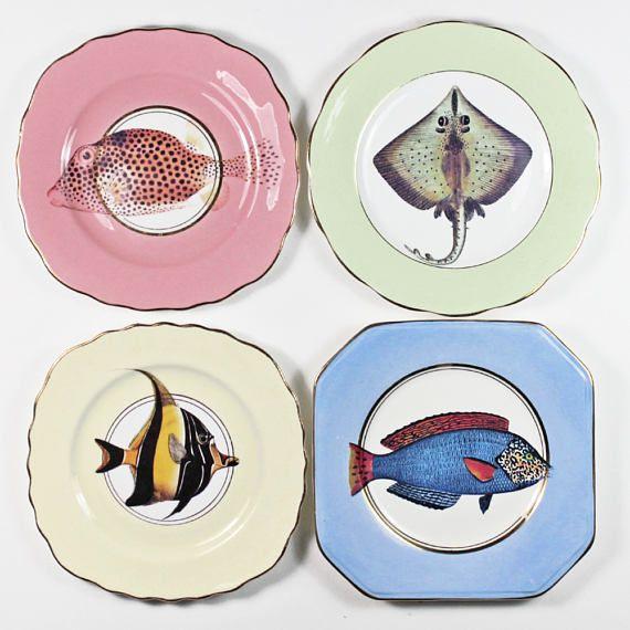 Süß und schrulligen Fancy Fish Vintage nicht übereinstimmende Tee Platten mit wunderschönen bunten Illustrationen angewendet und schönen vergoldet gold Detaillierung. Diese schöne Tee-Platten wäre perfekt für ein kleines nachmittags Tea Party oder sogar so einzigartigen Kunstwerken auf Ihrer Wand (Platte Kleiderbügel vorhanden). Mit schönen Vintage Bone China und keramische Abziehbilder, die Hitze, die behoben werden hergestellt. Verkauft als ein Satz von 4. Originelle und einzigartige…