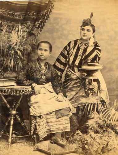 MALAISIE PORTRAIT Une jeune malay et une occidentale