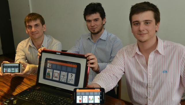 Cristian Gutiérrez y Héctor y Carlos Costa, mentores de la aplicación (Raimundo Viñuelas/LaVoz)