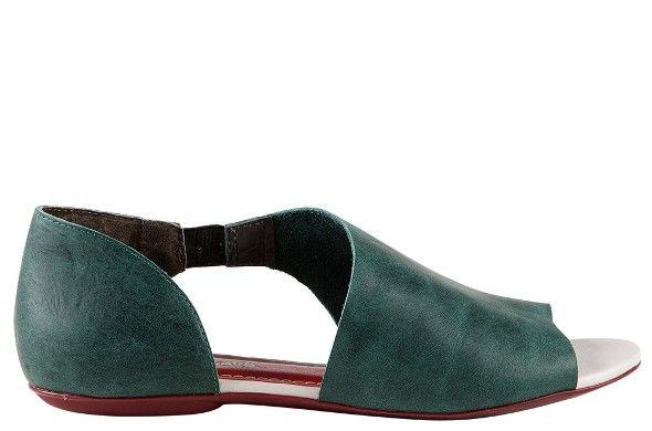 O design inovador da Adana chama atenção pelo recorte. O tom verde do couro oferece sofisticação à sandália e agrega valor nas produções básicas como camiseta e jeans. Ela é uma sandália plural que frequenta as mais diversas ocasiões, sem passar batida. Seu solado em borracha garante comodidade por onde quer que caminhe.