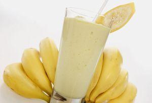 -Średni banan,  -1/4 świeżego ananasa (może być 5 plastrów ananasa z puszki),  -szklanka chudego mleka,   Owoce obierać i pokroić w kostkę. Zmiksować z mlekiem. Wstawić do lodówki na 10 min.