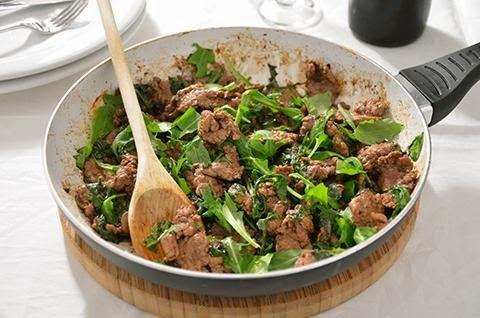 La ricetta degli straccetti di manzo con la rucola è facile e veloce. Gli straccetti sono un secondo piatto di carne molto semplice ma sempre molto buono, perfetto per una cena sfiziosa e poco impegnativa.