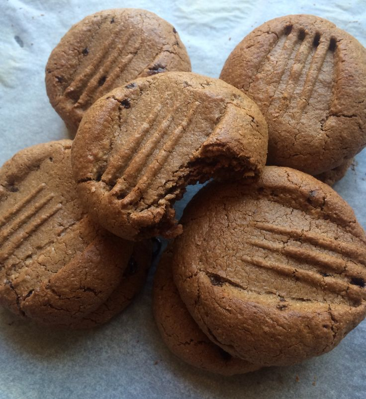 Guilt Free Choc Chip Cookies 1.5 cups cashews, 1 cup coconut, 1/2 cup coconut oil, use 1 egg, 1/4 cup cacoa, use 3 tlbsp coconut sugar