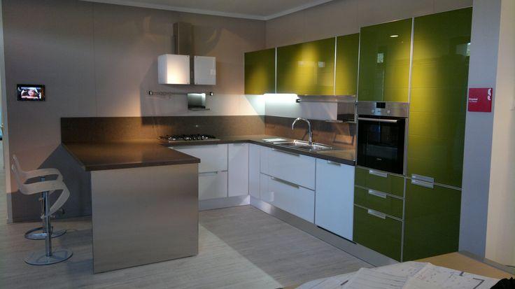 Cucina Scavolini, modello Crystal bianco e verde oliva