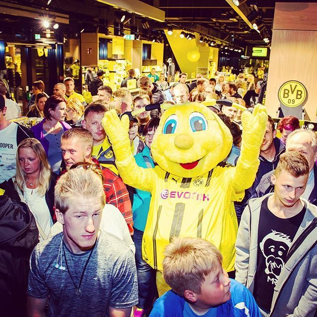 bvb09 on Instagram pinned by myThings Midnight Shopping in der FanWelt: Knapp 500 Fans konnten heute Nacht bereits das neue Heimtrikot 2016/17 in Händen halten. Link in Bio! // About 500 fans were amongst the first to grab the new 2016/17 home jersey! #bvb #dortmund #borussiadortmund #fanwelt #trikot #jersey #kit #pumafootball #puma