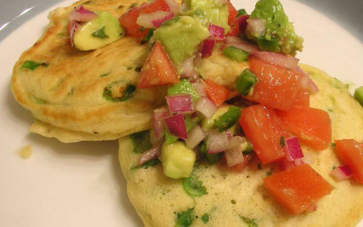 Eipancakes met avocado en tomaat. Heel geschikt voor een brunch in het koolhydraatarme menu.