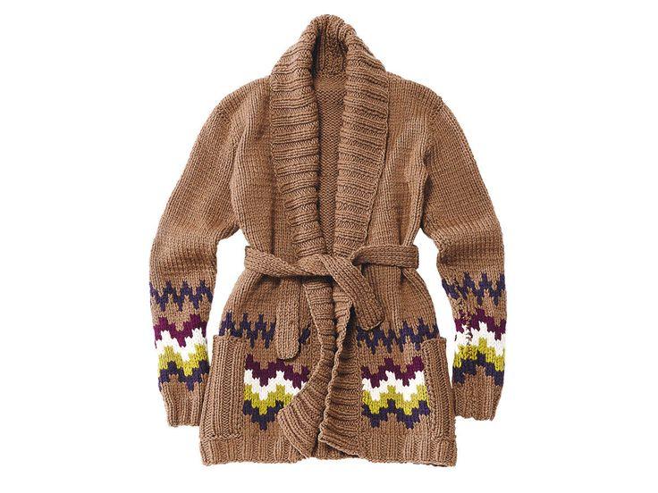 Diese Long-Strickjacke mit Muster hat einen Schalkragen und Bindegürtel, sodass man sie im Herbst auch als Mantelersatz tragen kann.