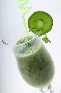 Ez a zöldes turmix egy valódi energiabomba és a fertőzések legyőzésében is segít. Hozzávalók: 1 kiwi 1 alma 1 sárgarépa Elkészítés: Hámozd meg a sárgarépát és a kiwit, mos