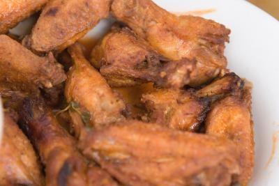 Cómo limpiar alitas de pollo  | eHow en Español