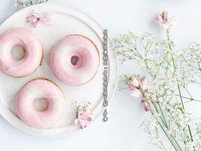 Пончики с клубничной (розовой) глазурью и клубникой