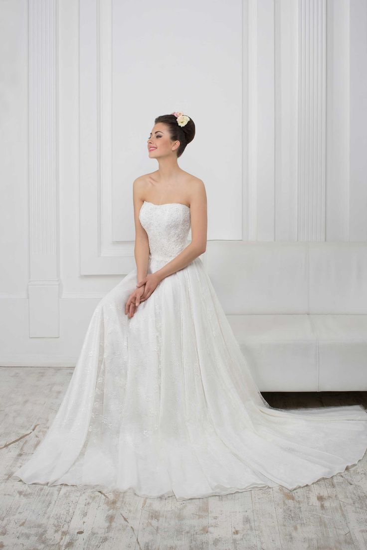 Nádherné čipkované svadobné šaty bez ramienok na šnúrovačku