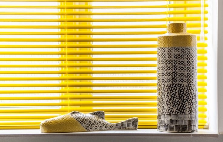 Yellow venetian blind in a bathroom. www.morphdesigns.co.uk