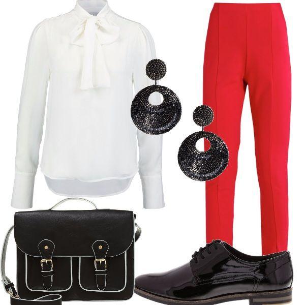 Bianco, rosso e nero per una giornata di lavoro o un pomeriggio di shopping. I pantaloni rossi hanno spacchetti sul davanti, la camicia bianca dona un tocco d'eleganza con il fiocco annodato al collo. Gli accessori sono neri: le scarpe stringate, la borsa a tracolla con tante tasche e rifiniture bianche e gli orecchini con tante perline.