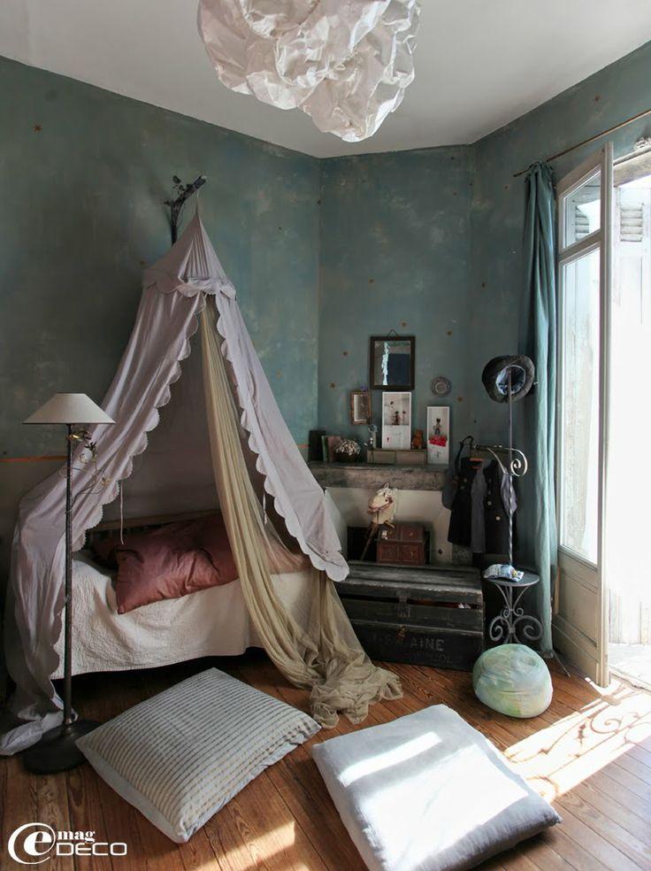 Chambre d'enfant avec des murs peints effet nuagé et des étoiles, chez Miss Clara. What she said.