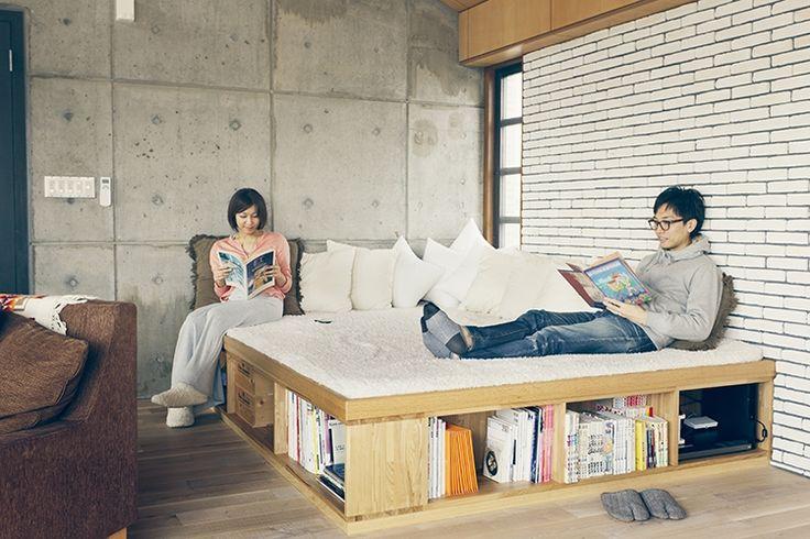 <p>ベッド的にもソファ的にも使える小上がり。ゴロゴロしたくなります。下部は収納にしっかり活用。</p>