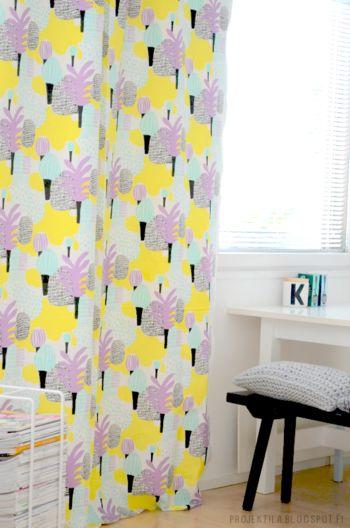 ブライトトーンの明るいテキスタイルのカーテン。白が基調のシンプルなお部屋に彩りを与えてくれます。