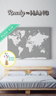 Leinwand Welt Karte Ready to Hang - Leinwand Wrap - Größe wählen. Weltkarte + Länder und ihre Hauptstädte + USA und Kanada Staaten und Hauptstadt Staaten.  Verfolgen Sie Ihre Reisen mit der Push-Pins und planen Ihren nächsten Abenteuer!  Es ist das perfekte Geschenk für Jubiläum, Geburtstag, Hochzeit, Einzug,... und für Kinder, Spaß zu haben Geographie lernen.  Die Leinwand ist Hand gestreckt, bereit zu hängen und Heften Sie es!   Der Artikel besteht aus:  ➜ Baumwoll-Canvas  ➜ Dämmplatte  ➜…
