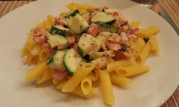 Een simpel en eenvoudig gerecht dat haast niet kan mislukken. Daarom ook een van mijn favorieten. Pasta met zalm en courgette. Vroeger maakte ik dit gerecht vaak op smaak met een paar lepels Philad…