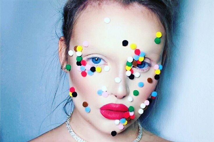 Non passa giorno senza che nasca una nuova #tendenza per la #bellezza! Questa, è volta dei #PomPoms colorati attaccati al viso!  La bizzarra #moda del beauty #blogger dilaga sui #Social!  Leggi tutto qui 💄💅