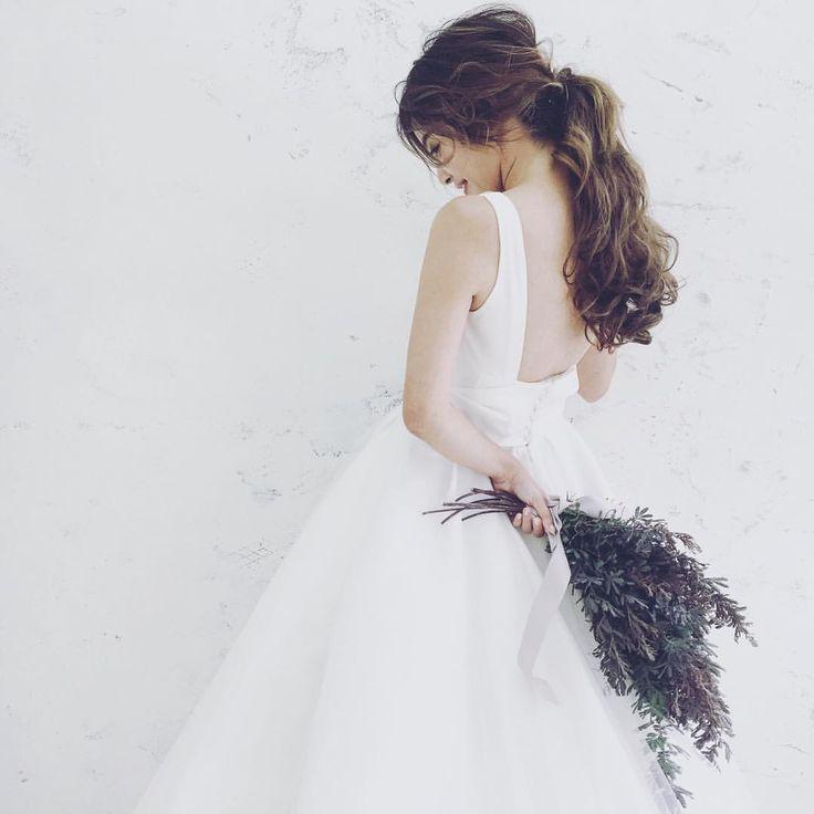 ちょっとした動きがあるのと無いのとで見えかたが変わります☺️ ・ dress @fiorebianca_wedding flower @atsushi.yoshikawa make @cheke0820