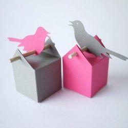 1 boite à dragées et l'étiquette oiseau de la même couleur. Ce qui vous permet, en commandant 2 fois ce lot, de réaliser vos ensembles bi-colores !A vous de choisir vos boites et étiquettes d'une première couleur, puis à nouveau les boites et étiquettes d'une autre couleur... Et voilà ! Dans les images nous vous proposons des idées de combinaisons. Ce kit existe avec ou sans dragées.