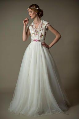 Unser langes Brautdirndl Kleid aus der neuen Kollektion von Tian van Tastique. We love our Brautdirndl Rosalina <3