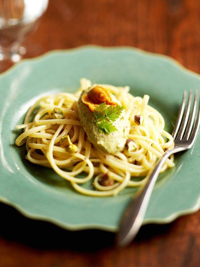 ナッツのなかでもビタミンB群が豊富なことで知られるピスタチオ。鮮やかなグリーンを生かしたムースを、パスタソースに活用。濃厚なうにの味わいとピスタチオの風味が見事に溶け合ったパスタは、後を引くおいしさ。ムースを冷やして、冷製パスタにしても◎。|『ELLE a table』はおしゃれで簡単なレシピが満載!