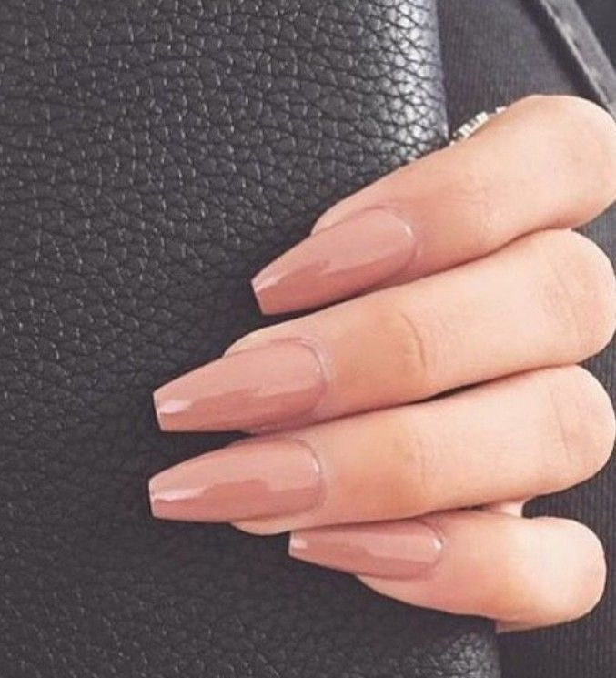 Manicure de caixão de cor nude. Manicure adequado, manicure amigável ao trabalho   – Nägel inspiration