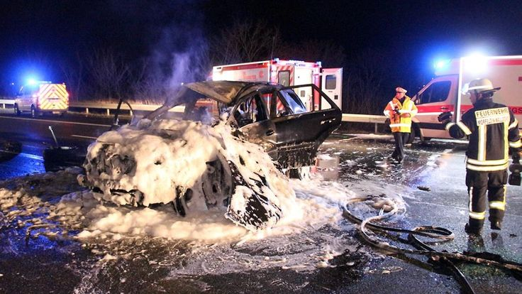 Glück im Unglück auf der Autobahn: Auto überschlägt sich und fängt Feuer