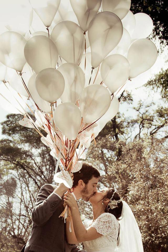 Ideia para seu casamento: faça os convidados escreverem votos ao casal e colocarem em balões. Além do enfeite lindo, ele sobem ao céu desejando só coisas boas para os dois!