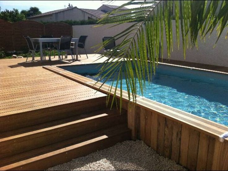 piscine en bois semi enterr e et terrasse en bois cr ez des volumes sur un terrain plat ou. Black Bedroom Furniture Sets. Home Design Ideas