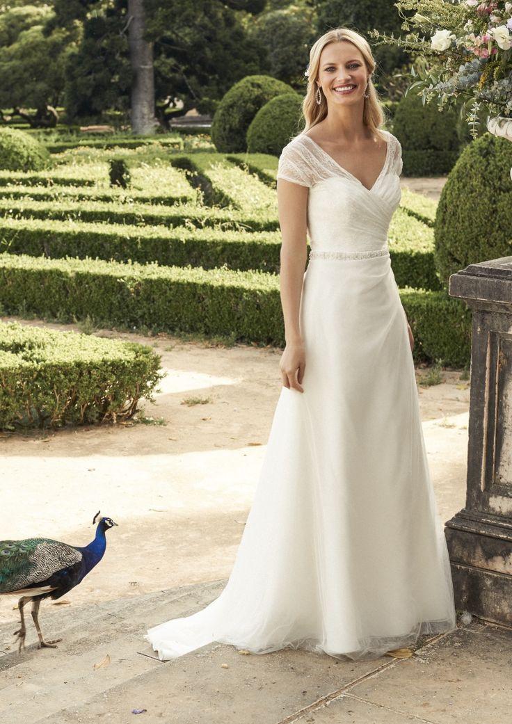 Marylise lizzy, collectie 2017 Zeer elegante trouwjurk met V-hals en korte kanten off-shoulder mouwtjes van soepele kant. De A-lijn jurk heeft een mooie, korte sleep. Prachtig accessoire bij deze jurk is een smal ceintuur van glinsterende kralen.