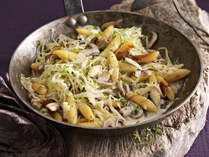 Leichtes Schupfnudel-Pfanne mit Weißkohl und Pilzen Rezept | EAT SMARTER