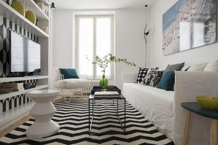<p>Idée déco originale: installer l'écran TV plat dans un meuble qui ne le dissimule pas mais l'accueille dans une niche décorée de papier peint....