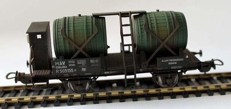 Tillig 76561 borhordó teherkocsi modell A #Tillig tavaly jelentette be és hamarosan el is kezdte piacra dobni az előre koszolt modelltermékeit. A #magyar vonatkozású modellek közül az Állami Pincegazdaság budafoki borhordó teherkocsijának modelljét fényképeztük most le.
