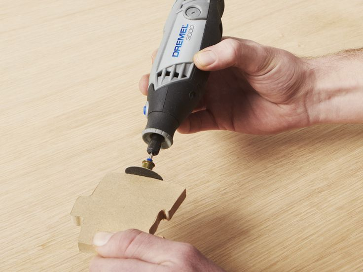 Paso 4 : Limpie con mucho cuidado los bordes abruptos del contorno de la serpiente utilizando la Dremel 3000 y el disco de lijar EZ SpeedClic SC41, u otro accesorio de lijado, lije en los bordes de la serpiente solamente. No lije las piezas encajables del rompecabezas, ya que esto evitará que se adapten a la perfección.
